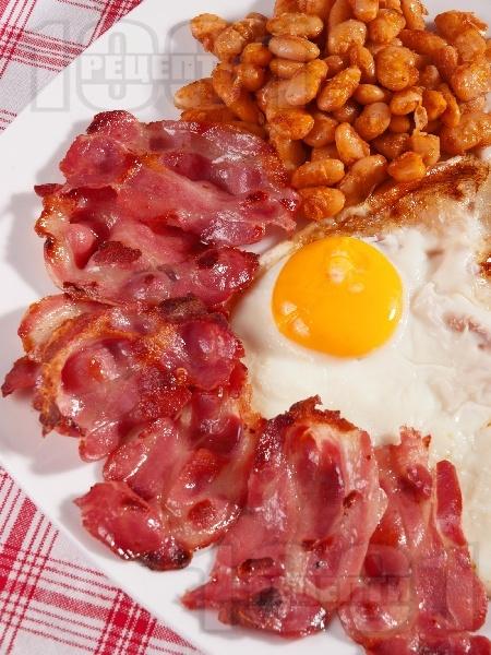 Английска закуска с пържени яйца, бекон и боб - снимка на рецептата